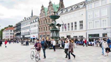 La capital danesa empata con Los Ángeles, con un WCOL de 96, ascendiendo dos posiciones con respecto al índice anterior. Esta ciudad también es de las 10 más caras para hacer las compras, ya que la media mensual supera los 500 dólares por familia
