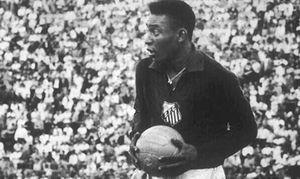 De Pelé al Chango Cárdenas: 7 futbolistas de campo que fueron héroes cuando les tocó atajar