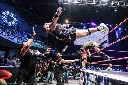 Máximo haciendo uno de los lances que caracteriza a la lucha libre mexicana (Foto: Twitter @MaXiMo_Sioux)