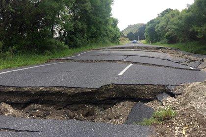 Una carretera fracturada a causa del terremoto detiene el acceso del vehículo a 70 kilómetros al sur de Blenheim, en la Isla Sur de Nueva Zelanda