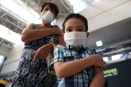 Un niño y su abuela en medio del brote de coronavirus en Santiago