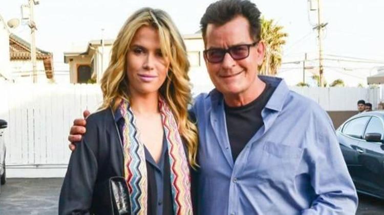 Charlie Sheen junto a su ex novia Julia Stambler