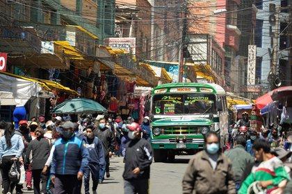 Fotografía de una calle llena, el 20 de octubre del 2020, en La Paz (Bolivia). EFE/Joedson Alves/Archivo