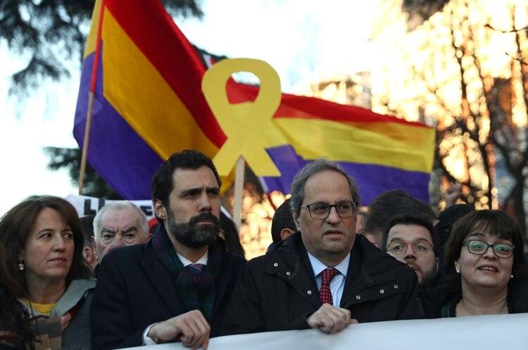 Roger Torrent y Quim Torra, actualies autoridades de Cataluña, se manifestaron en las afueras del tribunal (REUTERS/Sergio Perez)