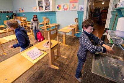Un niño se lava las manos en la escuela de Nordstrand Steinerskole, que reabrió como parte de las medidas de desconfinamiento decretadas en Noruega tras el brote de coronavirus NTB Scanpix/Heiko Junge via REUTERS
