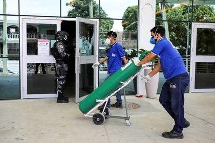 Un funcionario llega con suministros de oxígeno