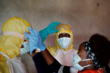 Trabajadores de la salud durante el funeral de una persona que supuestamente murió de ébola en Beni, provincia de Kivu del Norte de la República Democrática del Congo. REUTERS/Goran Tomasevic
