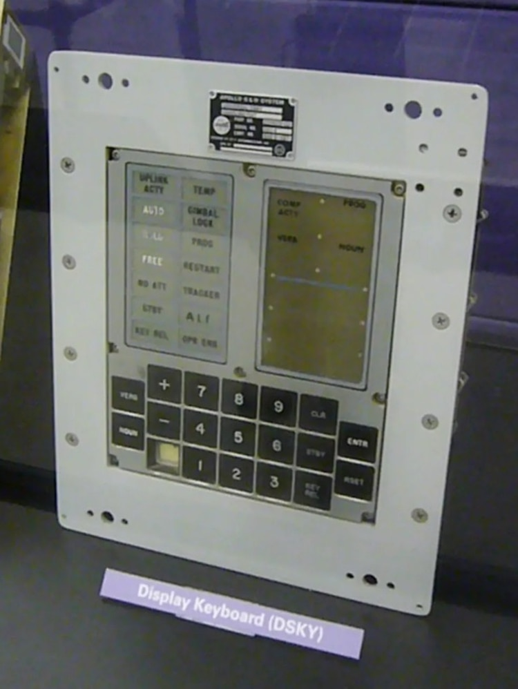 La interfaz de usuario de la computadora AGC a bordo del Apolo 11.