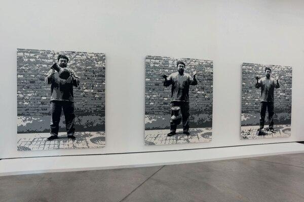 Movilizantes, las imágenes de Weiwei dejando caer una urna de la Dinastía Han. Las fotos son parte de la muestra en Buenos Aires.