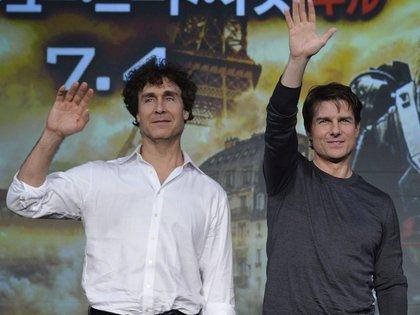 En la imagen, el actor estadounidense Tom Cruise (d), junto al director Doug Liman (i). EFE/Franck Robichon/Archivo