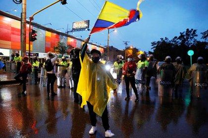 Manifestantes llegan al barrio donde tiene su residencia el presidente de Colombia Iván Duque en una nueva jornada de protestas en Bogotá (Colombia). EFE/ Carlos Ortega