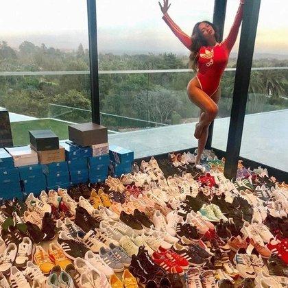 Beyonce junto a su enorme variedad de calzados, en el vestidor de su casa con vista panorámica (vía Instagram)