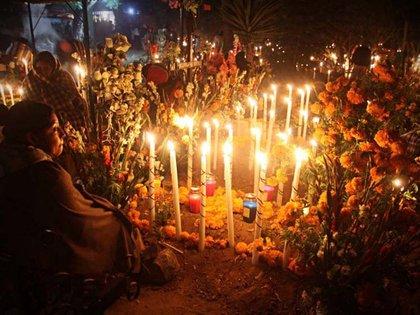"""En Mixquic, el espectáculo de la """"Alumbrada"""", el cementerio es iluminado solo con la luz de las velas"""