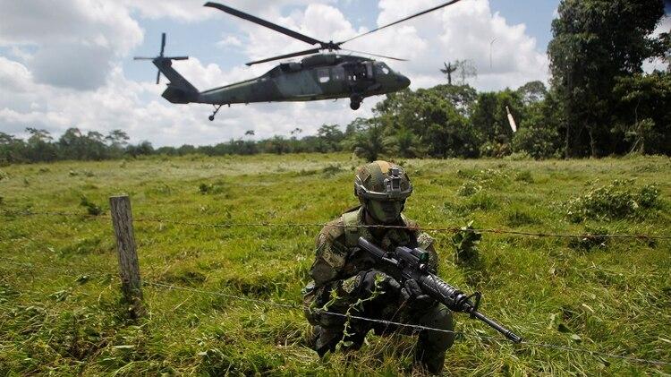 Un soldados colombiano vigila la frontera colombiana con Ecuador (REUTERS/Fredy Builes)