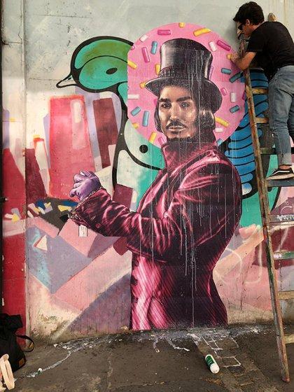 El mural de Ricardo Fort está pegado por Fab en el Mercado de Pulgas de Palermo