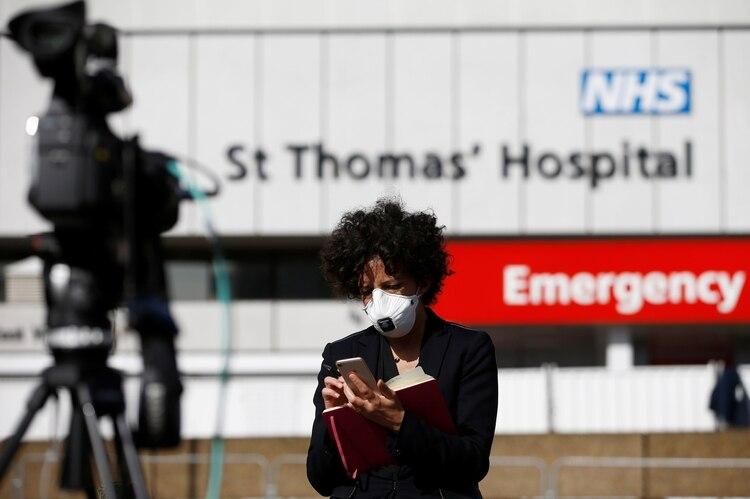 La novela comienza frente al hospital St. Thomas, donde el primer ministro británico agoniza y donde, en la vida real, la prensa hizo guardia porque Boris Johnson estuvo internado por COVID-19. (REUTERS/Henry Nicholls)