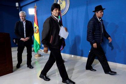 El ex presidente de Bolivia, Evo Morales, abandona la conferencia de prensa del sábado pasado acompañado de su vicepresidente Álvaro García Linera (Reuters)