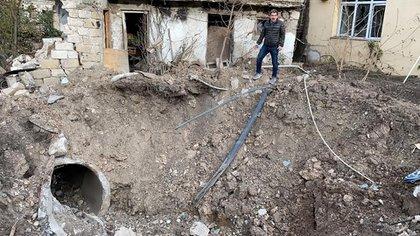 """""""Este hoyo antes era una casa en Stepanakert. Otra prueba del ataque Turco Azerí contra la población civil de la República de Artsaj"""", dice Leo."""
