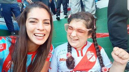 Carla se filmó relantándole el gol a su hija Mía y las emocionantes imágenes se hicieron virales