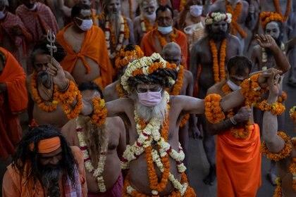Kumbh Mela es un peregrinaje que se realiza cuatro veces cada doce años, y tiene lugar, por turno, en los siguientes lugares santos: Prayag, el nombre hindú de Prayagraj (en Uttar Pradesh), Haridwar (en Uttarakhand), Ujjain (en Madhya Pradesh) y Nasik (en Maharashtra).