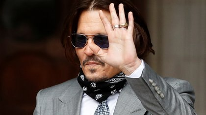 Actor Johnny Depp waves as he arrives at the High Court in London, Britain July 16, 2020. REUTERS/Peter Nicholls
