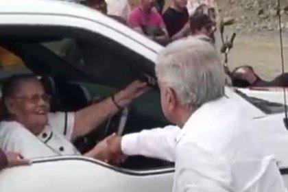 El saludo de AMLO y la mamá del Chapo en Badiraguato, Sinaloa (Foto: Cuartoscuro)