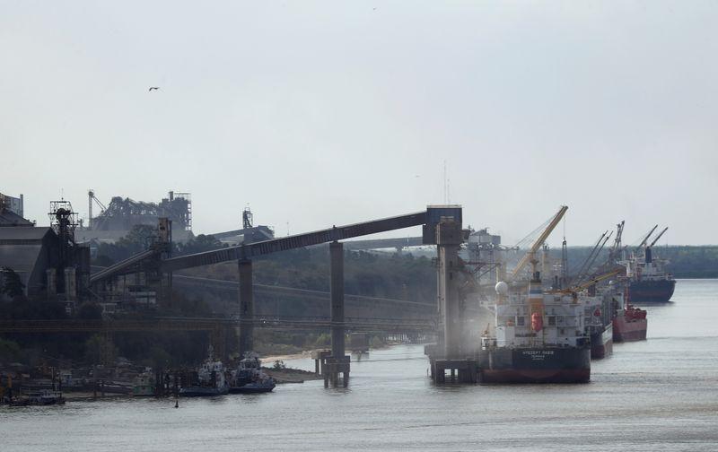 La medida de fuerza de aceiteros y recibidores de granos, también afecta al puerto de Bahía Blanca (Foto: Reuters)