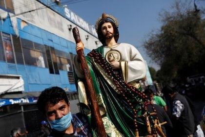 El Gobierno ha pedido a la población festejar en casa las populares celebraciones de San Judas, el Día de Muertos o el Día de la Virgen de Guadalupe (Foto: Reuters/Carlos Jasso)