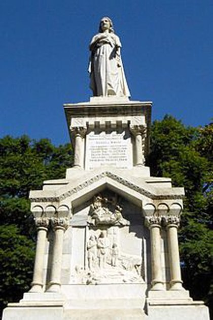 Donde estaba el cementerio del Sud, existe un monumento que recuerda a las víctimas por la epidemia de la fiebre amarilla.