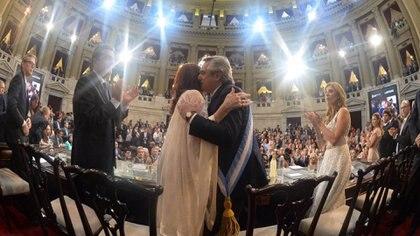 Alberto Fernandez y Cristina Fernandez de Kirchner se abrazan, en el acto por la asunción del poder, el pasado 10 de diciembre. Foto: Victor Bugge.