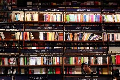También están autorizados los trabajadores del sistema de préstamo de libros de las bibliotecas. (REUTERS/Marcos Brindicci)