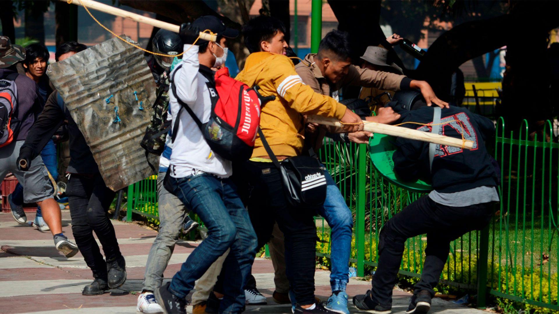 Cultivadores de coca, simpatizantes de Evo Morales, golpean a un manifestante opositor en una plaza de Cochabamba (Reuters)