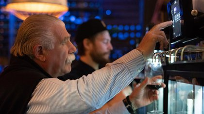 En Ser y Tiempo uno puede servirse su propia copa de vino de los dispensers Newine, manejados por una pantalla táctil