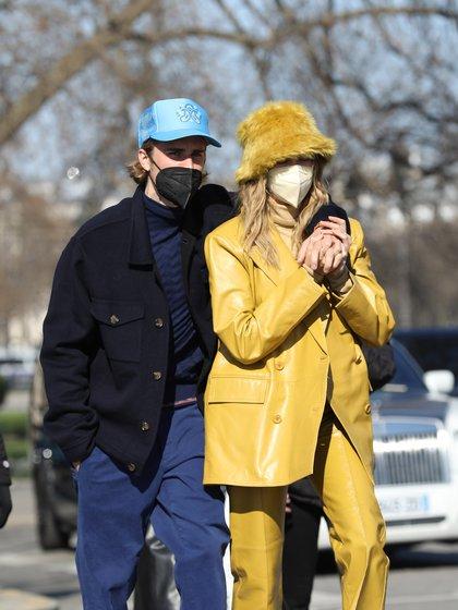 Justin y su esposa, Hailey, viajaron a París para asistir al Fashion Week y aprovecharon para recorrer la capital francesa. El cantante lució un pantalón y remera azul, tapado negro y gorra celeste, mientras que la modelo eligió un total look amarillo con un conjunto de dos piezas de cuero y un gorro de piel del mismo color