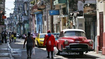 La capital cubana, cuya situación epidemiológica sigue siendo compleja por la cantidad de casos y la fuerte dispersión del virus, reportó otros 29 positivos del coronavirus SARS-CoV-2 en las últimas 24 horas repartidos en nueve de sus quince municipios, de acuerdo al parte diario del Ministerio de Salud Pública (Minsap). EFE/ Ernesto Mastrascusa/Archivo