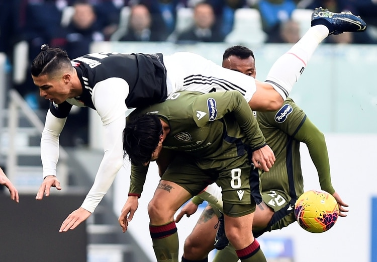 Soccer Football - Serie A - Juventus v Cagliari - Allianz Stadium, Turin, Italy - January 6, 2020 Juventus' Cristiano Ronaldo in action with Cagliari's Luca Cigarini REUTERS/Massimo Pinca