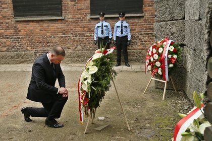 14/06/2020 14 June 2020, Poland, Oswiecim: Polish President Andrzej Duda lays a wreath at the Wall of Death during a ceremony marking the 80th anniversary of the first transport of Poles to the German Nazi camp Auschwitz in Oswiecim. Photo: Damian Klamka/ZUMA Wire/dpa POLITICA INTERNACIONAL Damian Klamka/ZUMA Wire/dpa