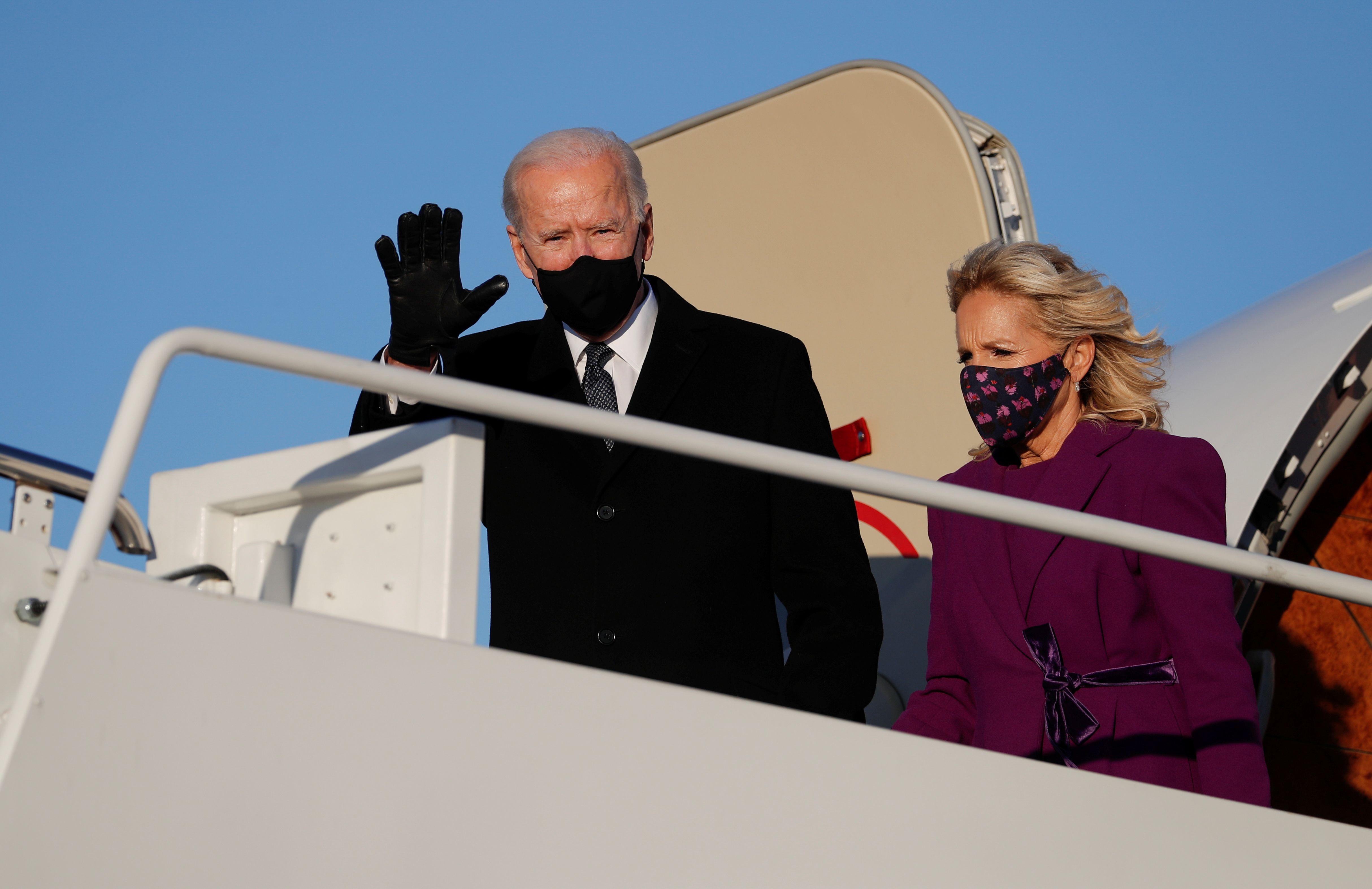 Joe Biden y su esposa Jill aterrizaron en la base Andrews en Maryland. REUTERS/Tom Brenner
