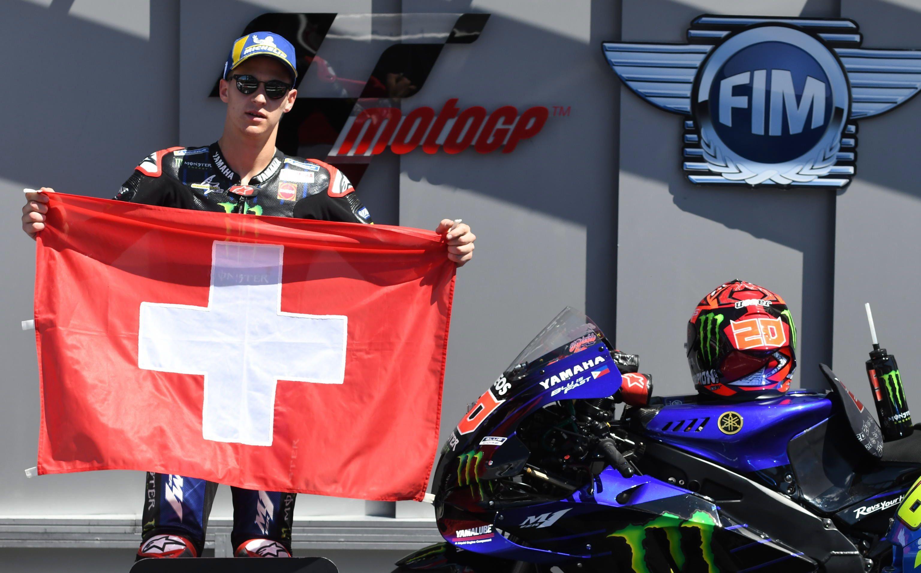 El ganador en Mugello del MotoGP, Fabio Quartararo, con una bandera de Suiza, en homenaje a piloto de Moto3 Jason Dupasquier (EFE/EPA/CLAUDIO GIOVANNINI).