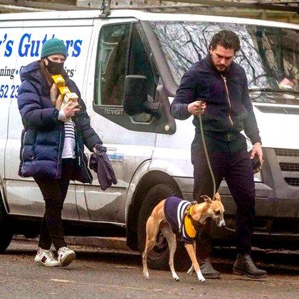 Paseo en familia. Rose Leslie y Kit Harington salieron a caminar con su perro y aprovecharon para hacer algunas compras. La actriz está embarazada, esperando su primer hijo con el también actor
