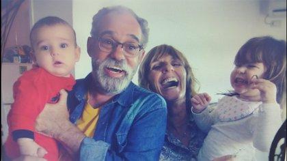 Junto con sus dos nietos Simón y Margarita, y su esposa Ida