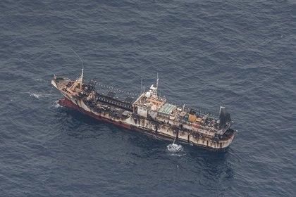 Un barco pesquero es visto desde una aeronave de la Armada ecuatoriana luego de que una flota pesquera china fuera detectada en las Islas Galápagos (Reuters)
