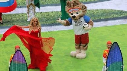 Zabivaka, la mascota del Mundial, con el balón oficial de la Copa del Mundo(Reuters/ Maxim Shemetov)