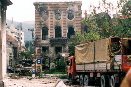 Edificios y vehículos dañados en Sarajevo, durante la guerra civil en Bosnia, 1992 (Kevin Weaver/Shutterstock)