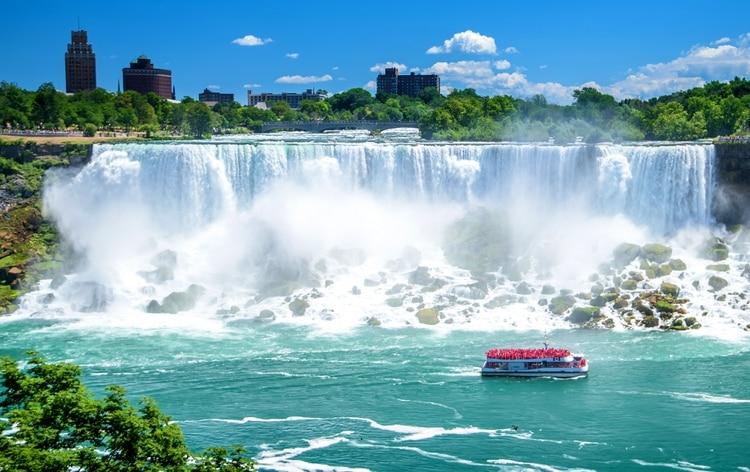 Las Cataratas del Niágara en realidad se compone de tres partes separadas. American Falls y Bridal Veil Falls se encuentran en Nueva York, pero la sección más famosa de las cataratas se encuentra al otro lado de la frontera. Las cataratas canadienses, también conocidas como Horseshoe Falls, caen 64 metros