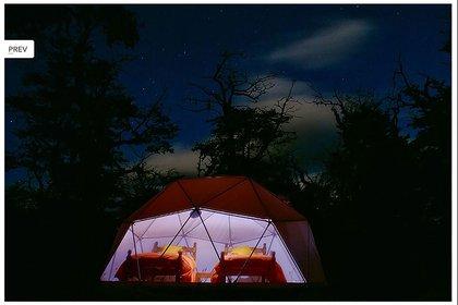 Vista nocturna de Adventura Dome