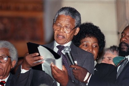 11 de febrero de 1990, Nelson Mandela hace su primer discurso al salir de la cárcel. Fue un llamado de paz y reconciliación (AFP)