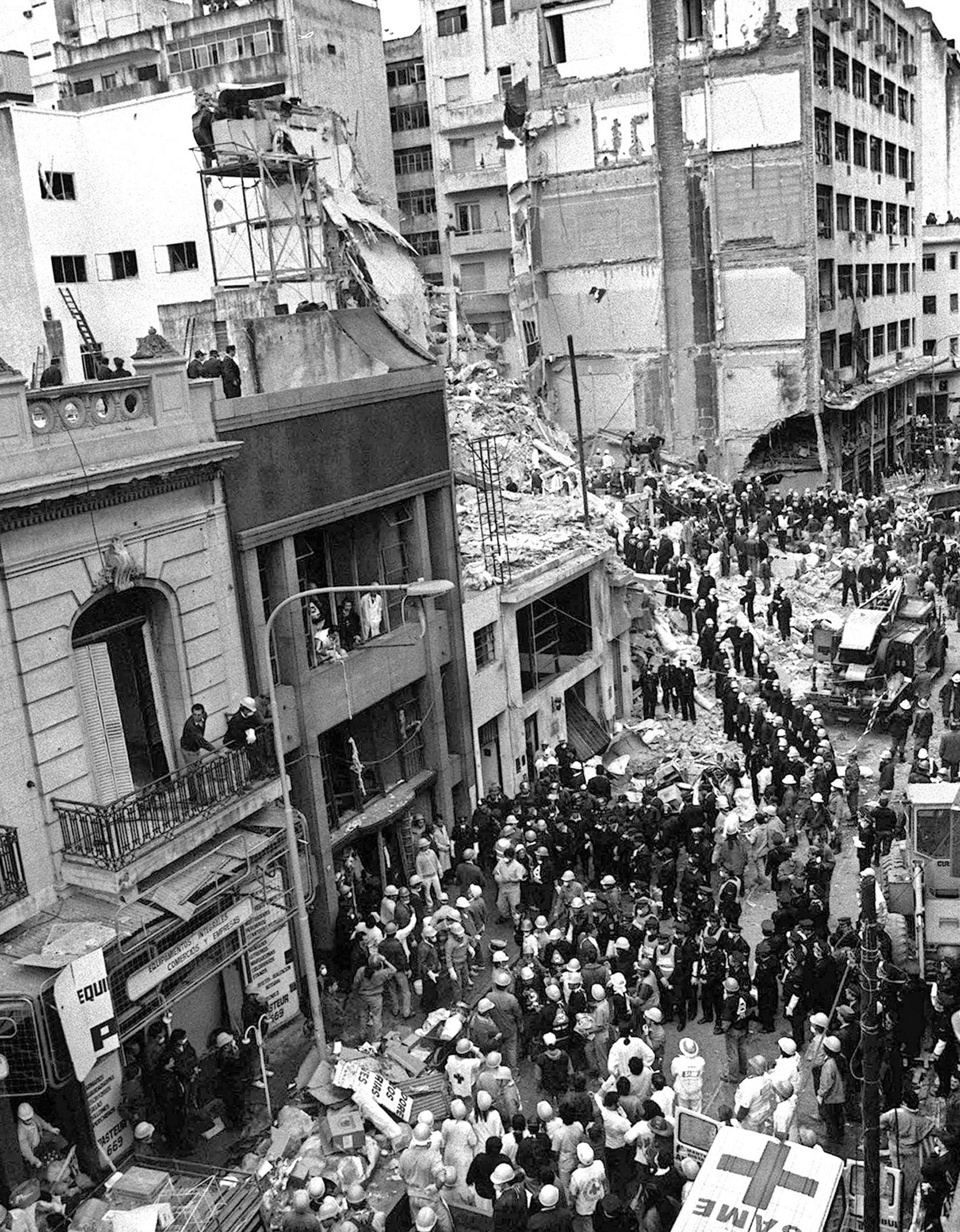 Durante su primer mandato, Argentina sufrió dos atentados terroristas: el primero fue contra la Embajada de Israel en 1992 y el segundo contra la AMIA dos años después. Menem fue imputado por el encubrimiento de este último y en febrero de este año resultó absuelto. No así su jefe de Inteligencia, Hugo Anzorregui. ( ALI BURAFI / AFP).