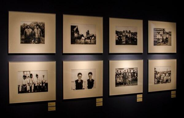 """Fotos en la Sala Azul de la muestra """"Las otras fronteras. Fotografiando el Far East"""""""