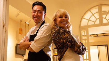 Claudia Villafañe junto a un especialista en comida coreana